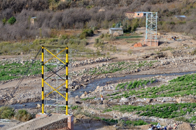 The towers erected and some main cables hung. Blue and white for Club Bolivar (the community favorite and on the Llapallapani side) and black and yellow for The Strongest (also Kiewit's colors).
